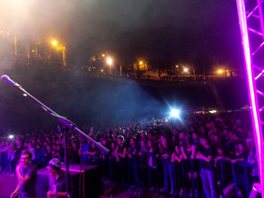 Publicul Bucovina Rock Castle şi, sus, pe platou, şutitorii de cultură