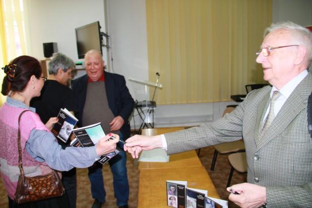 Radu Bercea dand autografe