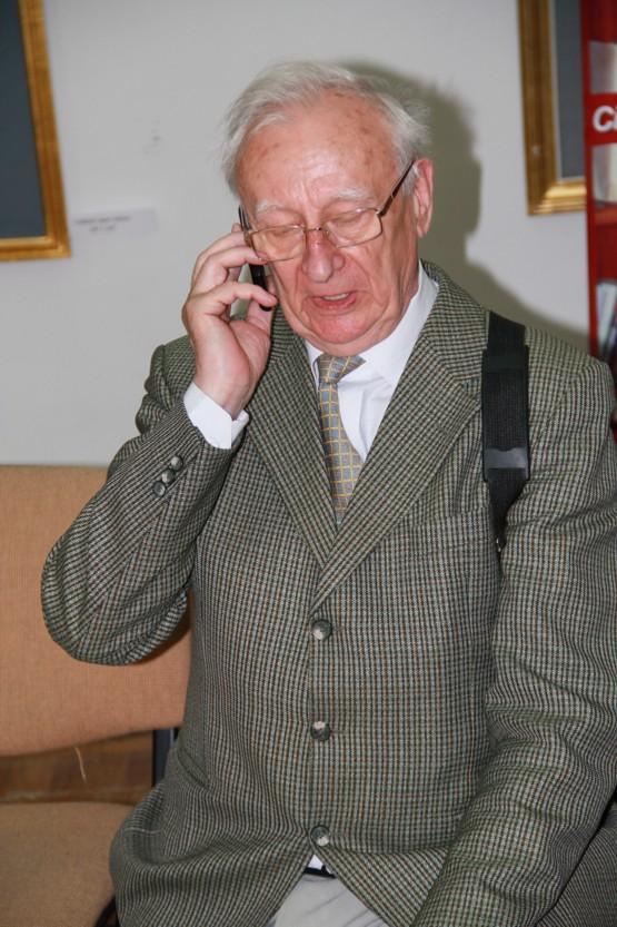 Radu Bercea vorbind la telefon