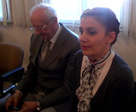 Radu Bercea, căutând, pe mobil, fotografii cu nepoata sa, pentru a i le arăta Violetei Codorean. Pe noi, bunicii, să nu ne stârniţi, că nu ne mai opriţi!