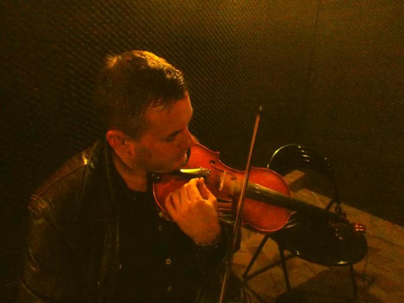 Răzvan Mitoceanu, acordându-şi vioara