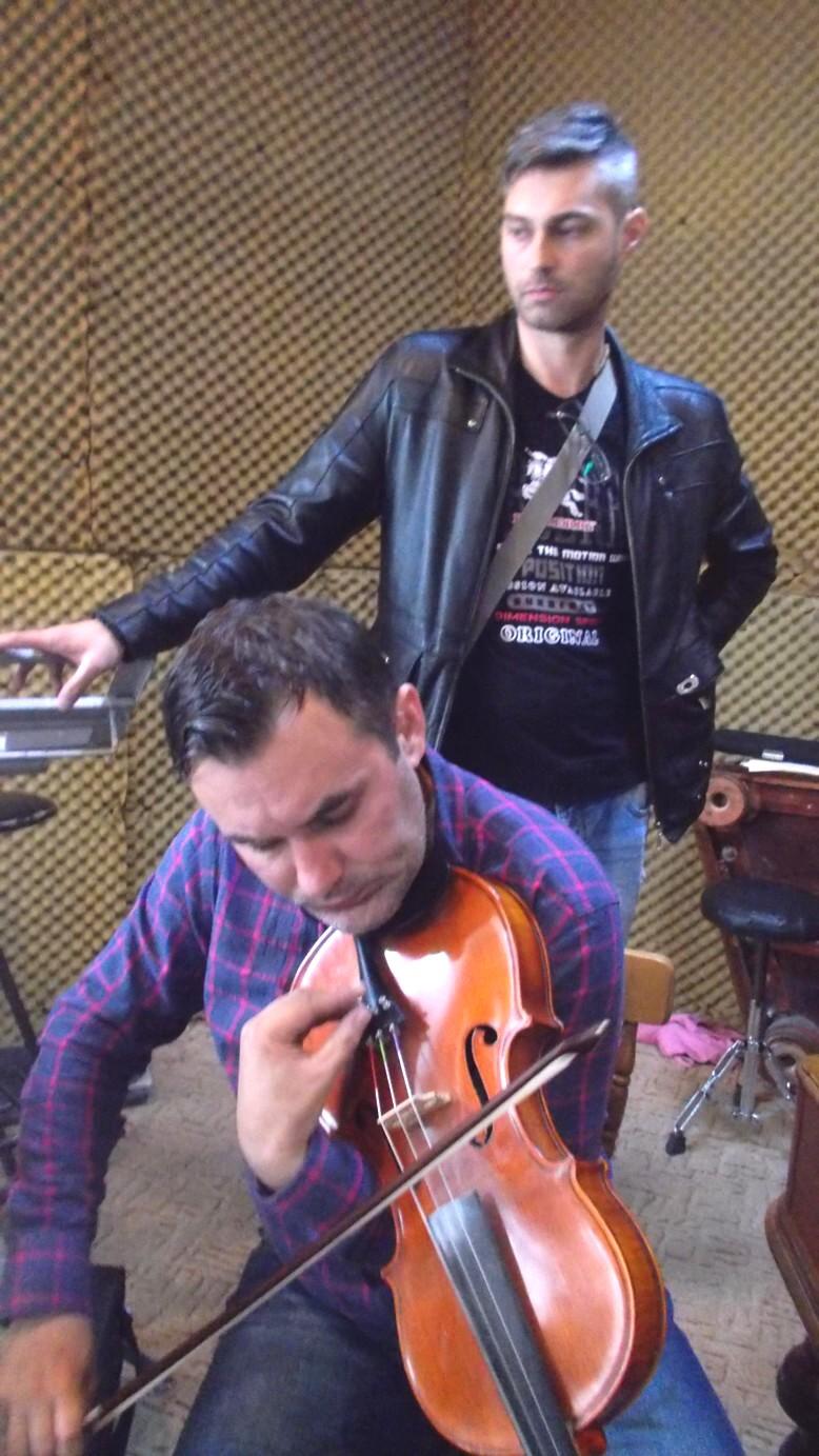 Profesorul Răzvan Mitoceanu (contra) şi Ionuţ Chitic (gordună)