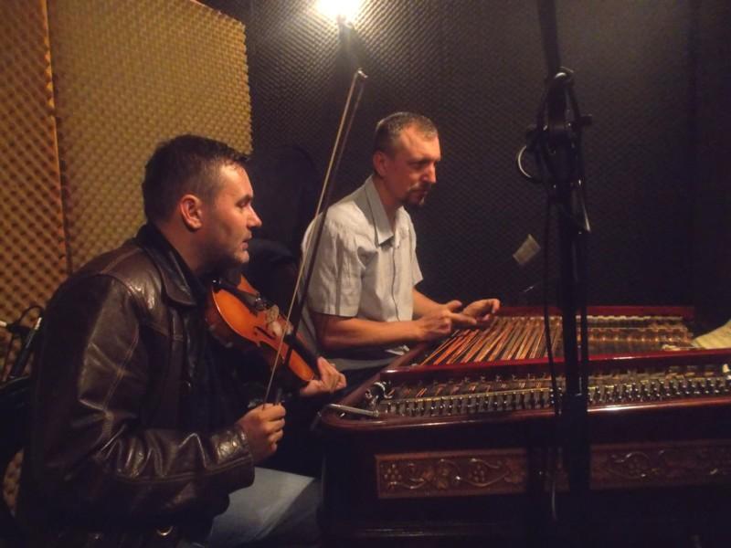 Răzvan Mitoceanu şi Petru Oloieru, descifrând manuscrisele lui Alexandru Voievidca
