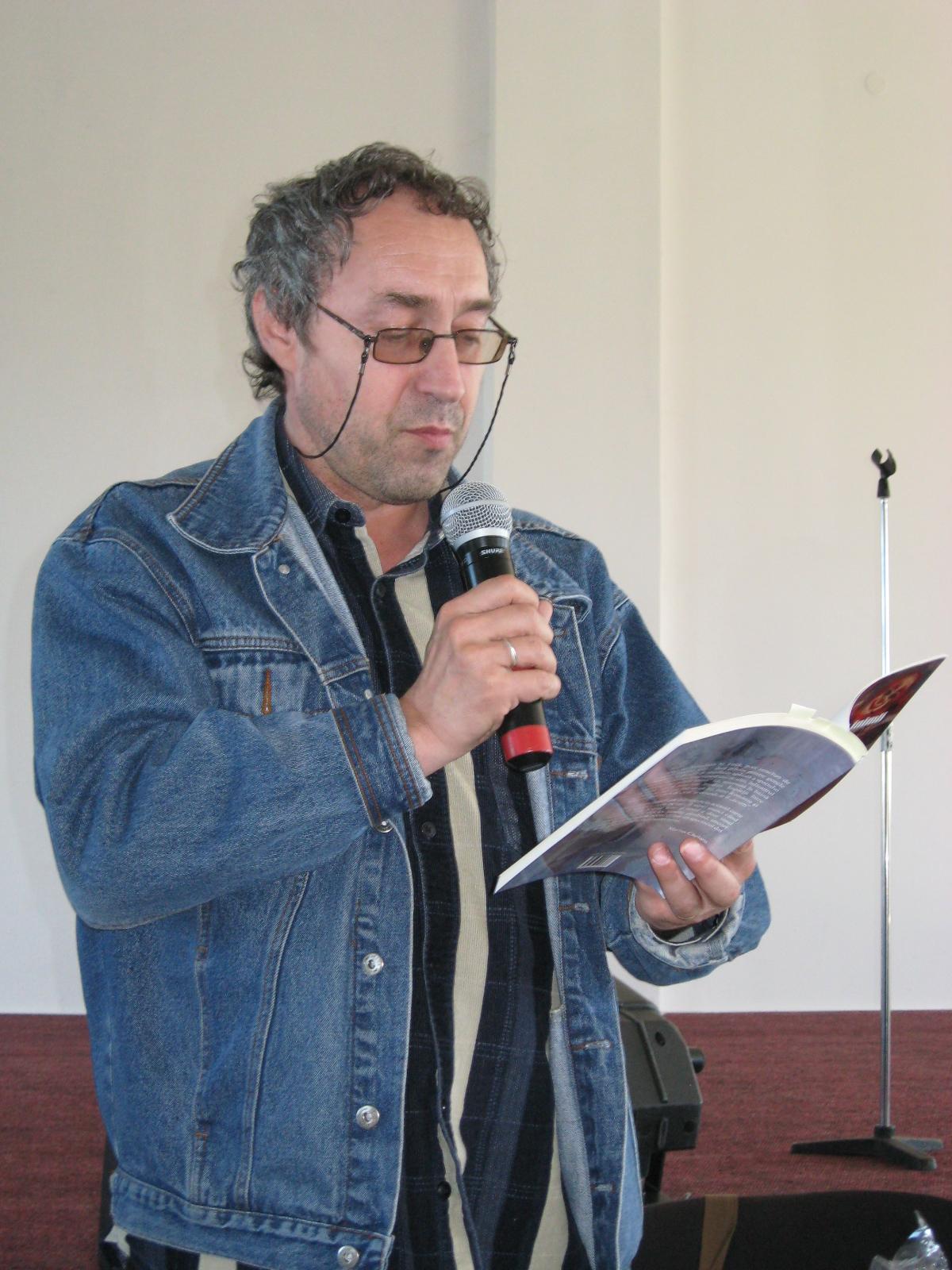 Marius Chelaru, prezentând opera lui Menachem Falek