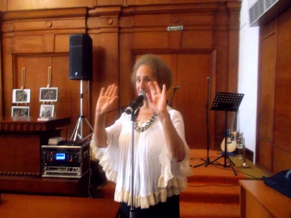 Sofia Vicoveanca, recitându-şi unul dintre poeme