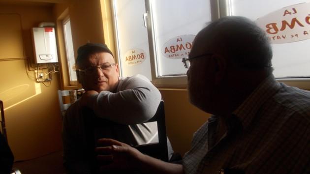 Menachem Falek, spre Sorin Poclitaru: Noi, poeţii, când nu ni se aduce destulă pizza, nu reclamăm; ne mulţumim să-l mâncăm pe patron...