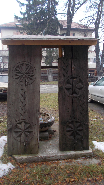 Stâlpii de poartă cu totemurile astrale Mercur şi Venus (în dreapta), Dumnezeu-Cerul şi Dumnezeu-Timpul sau Creatorul (în stânga)