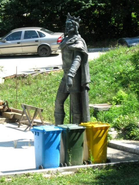 """Statuia lui Petru I Muşat, """"exilată"""" lângă pubelele de gunoi"""