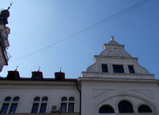 Stema Bucovinei, dăltuită în piatră, pe al doilea turn al Palatului Administrativ