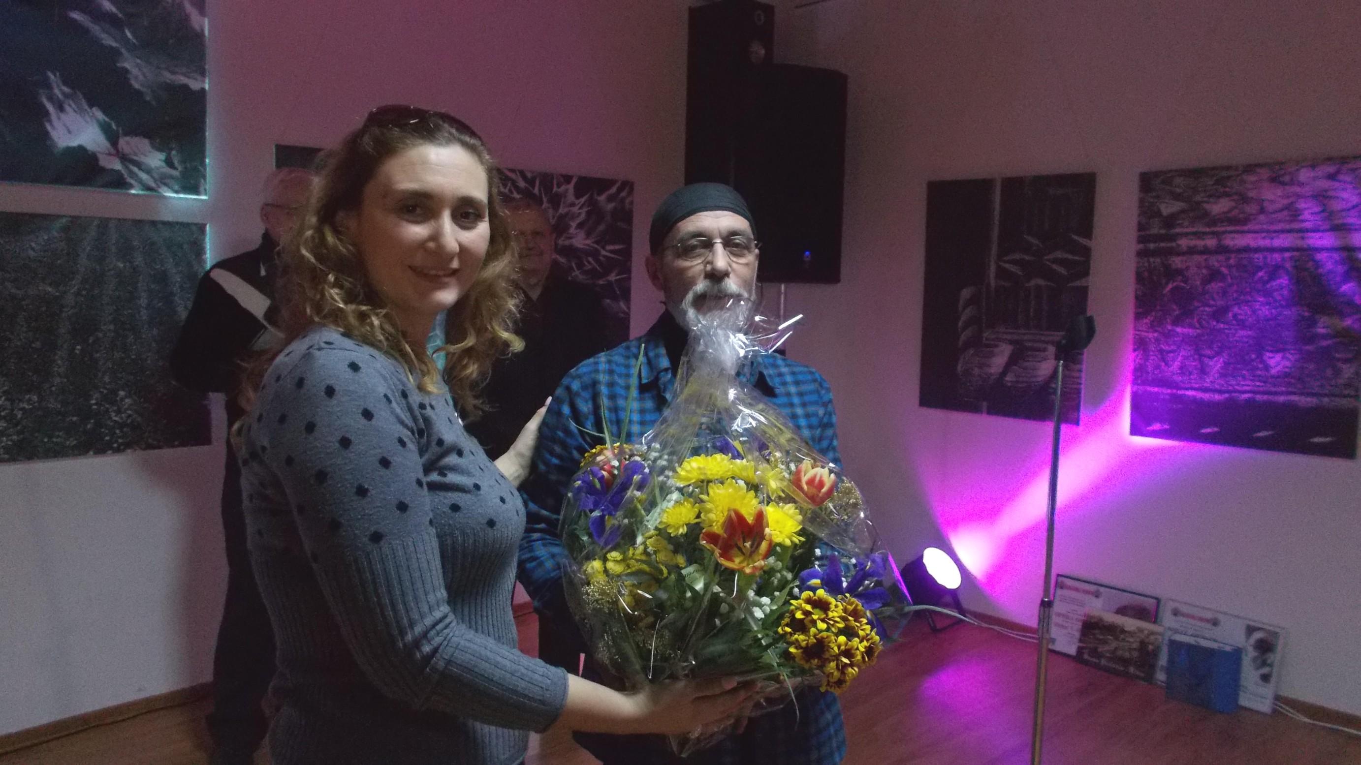 Oana Sîrbu, oferindu-i lui Victor T. Rusu elogiul colegilor