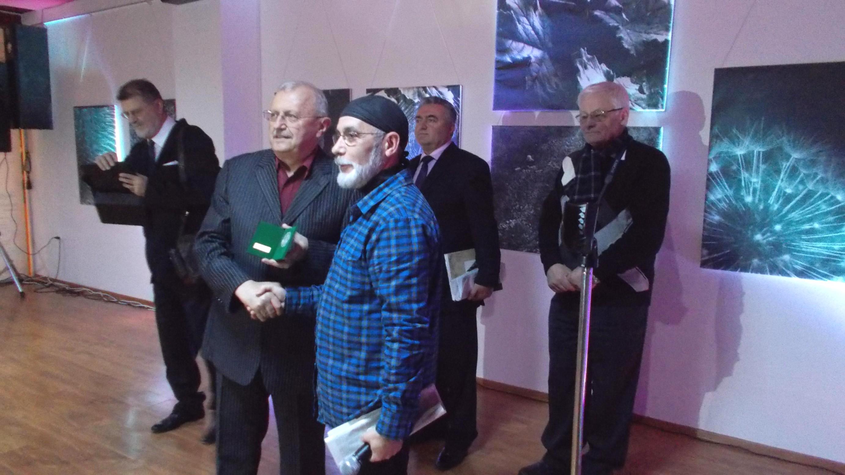 """Ştefan Toth, înmânându-i lui Victor T. Rusu """"Medalia de Argint"""""""
