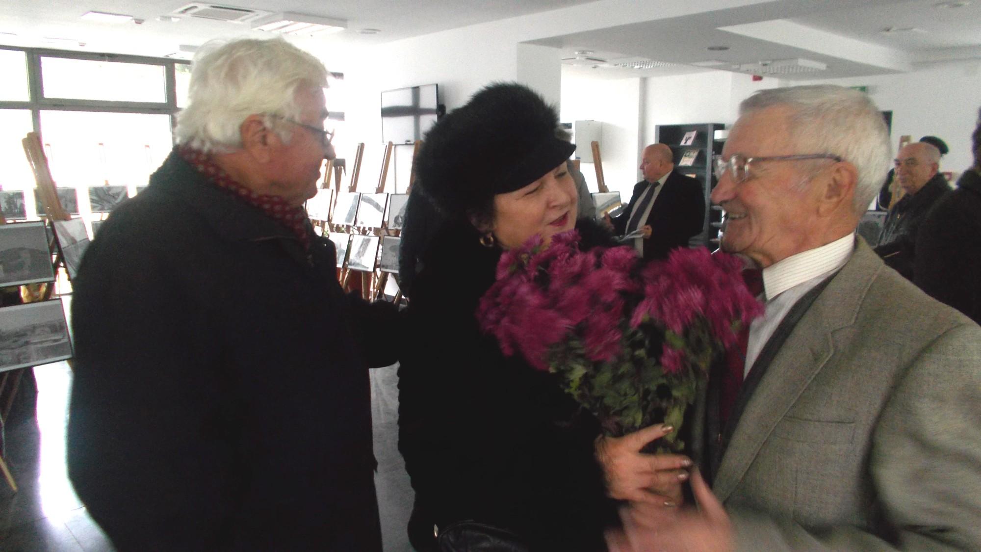 Ion Paranici şi nepoata martirului Vasile Pînzariu, felicitându-l pe sărbătorit