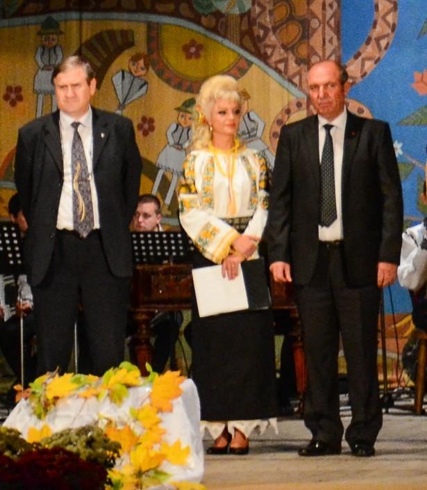 La ce cântă cetăţenii Varvaroi şi Băiţan? La fluierul... piciorului.