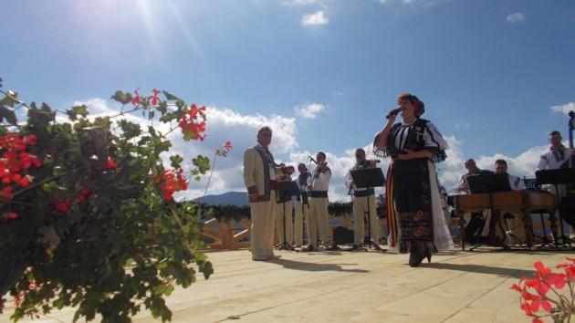 Veta Biriş, o mare interpretă a ardelenizatelor cântece, scrise de moldovenii Gavril Muzicescu, Isidor şi George Mandicevschi