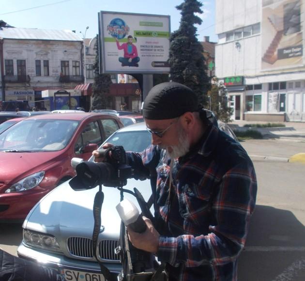 Domnul director Victor Rusu, pregătindu-şi armele artistice
