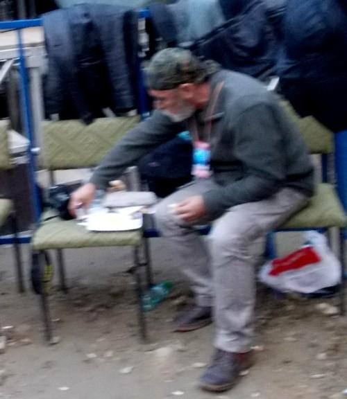 Victor Rusu, mâncând ţărăneşte, într-o clipă de răgaz