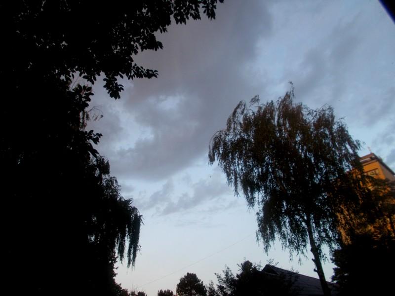 Nori de ploaie, încremeniţi deasupra Sucevei