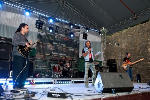 """""""Dodo"""" Popovici, prezentând, în prezenţa componenţilor, prima trupă grecească din Festival, Weathers - Fotografie de Victor T. RUSU"""