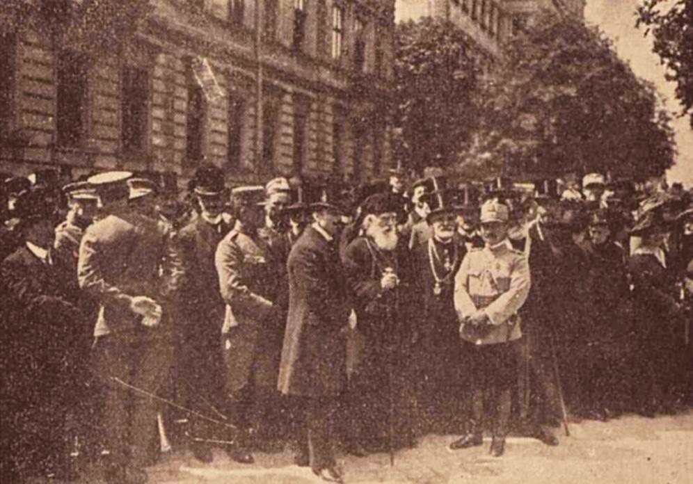 Mitropolitul de Repta avea să-i supravieţuiască lui Ion Grămadă. Iată-l, în 10 mai 1919, între Ion I. Nistor şi Iacob Zadik