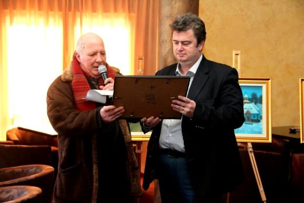"""Preşedintele CJ Suceava, Ioan Cătălin NECHIFOR, arătându-mi una dintre diplomele personalizate de """"juratul"""" Mihai Pânzaru-PIM"""