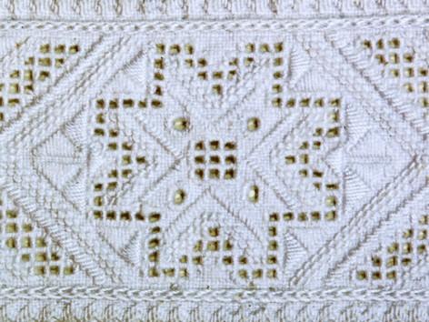 Dumnezeu-Cerul, broderie pe cămaşă românească