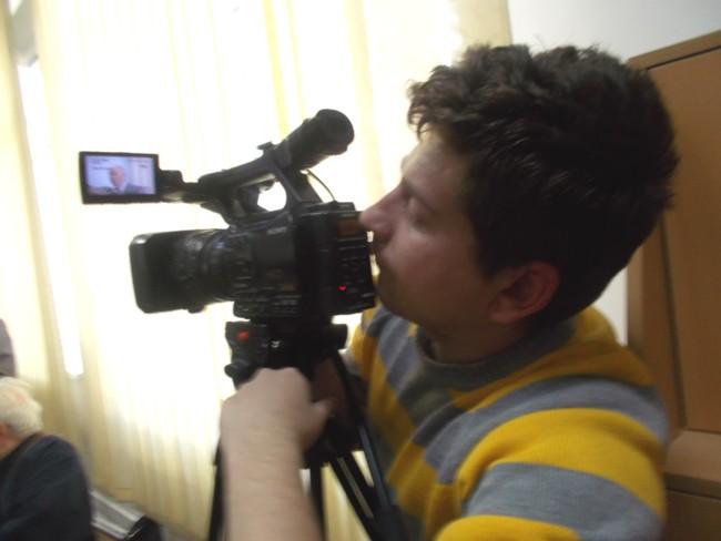 Colegul meu Lucian Căluşeriu, filmând spectacolul lansării de carte