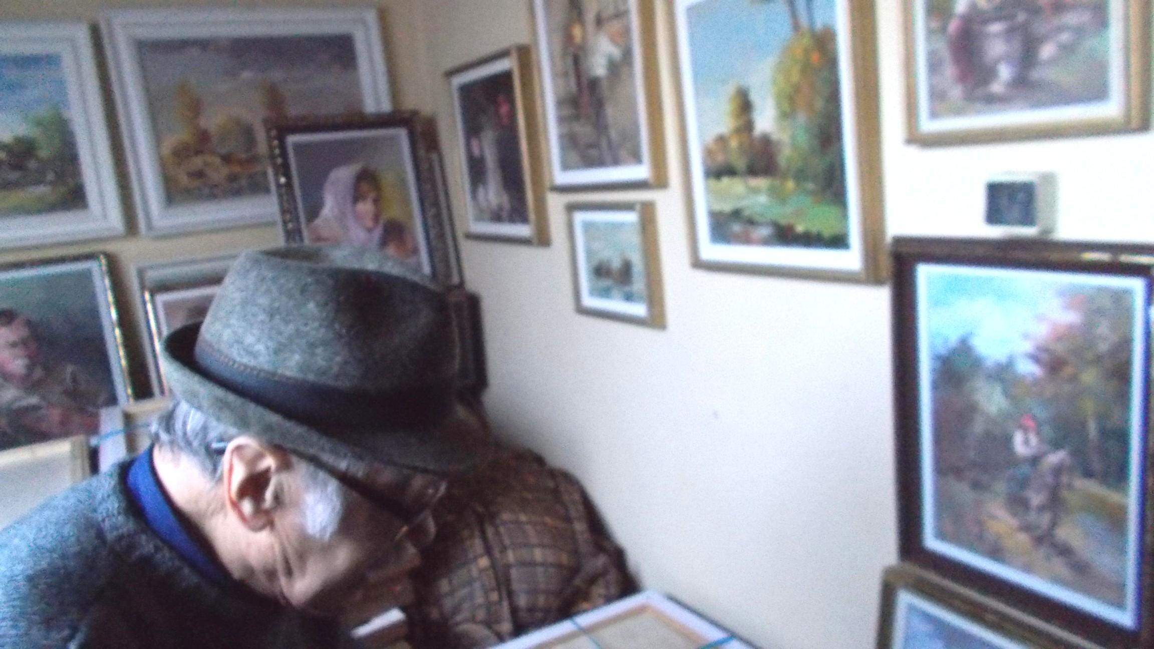 Dimitrie Savu, încredinţându-ne lucrările pentru expoziţia suceveană